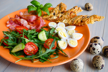 Healthy breakfast, bekon with salad and quail egg Banque d'images