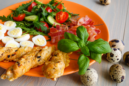 Closeup of boiled quail eggs with bacon and salad. Healthy breakfast Banque d'images