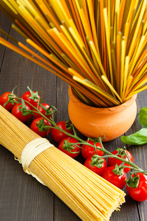 Colored italian spaghetti with mini tomatoes and tomatoes Banque d'images