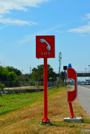 cabina telefonica: Teléfono SOS en la autopista