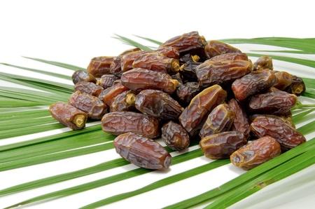 dattes: Dates des fruits isol�s sur fond blanc Banque d'images
