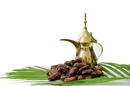 Arabische koffie met datums Fruit geïsoleerd op witte achtergrond Stockfoto