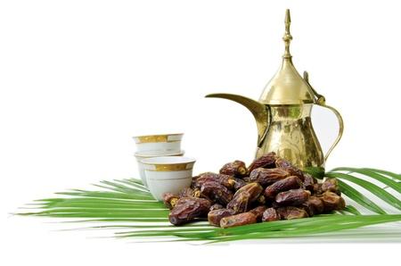 comida arabe: Caf� �rabe con frutas de fechas aisladas sobre fondo blanco