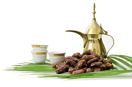 Arabische koffie met datums Fruit geïsoleerd op witte achtergrond