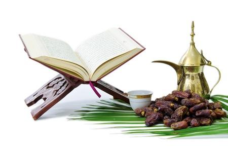 Thge Heilige Koran met dadels Fruit en Arabische koffiepot Stockfoto