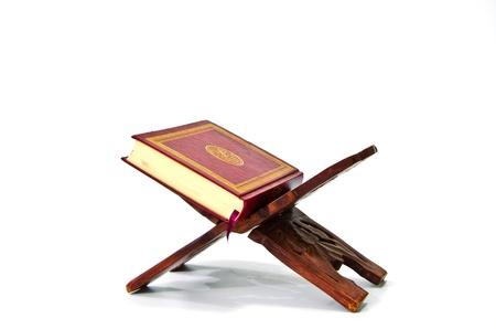 quran: El sagrado Cor�n aislado sobre fondo blanco