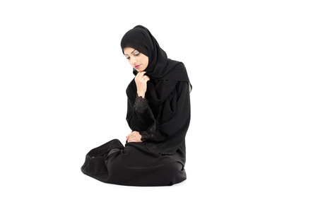 mujeres tristes: Arab woman Sitting on the floor isolated on white background