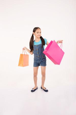 familias jovenes: joven mujer de compras en el fondo blanco Foto de archivo
