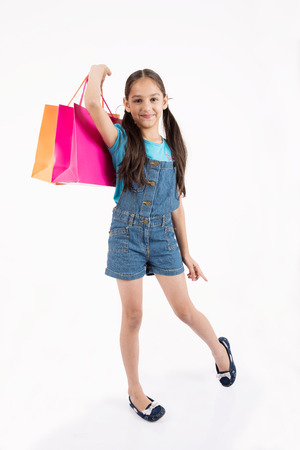 familias jovenes: young female girl shopping on white background