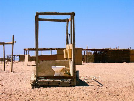 toilet sink: Receptor de tocador graciosas en pie por s� sola en el desierto