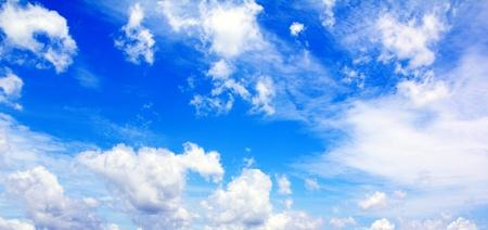 Blauwe lucht met witte wolken