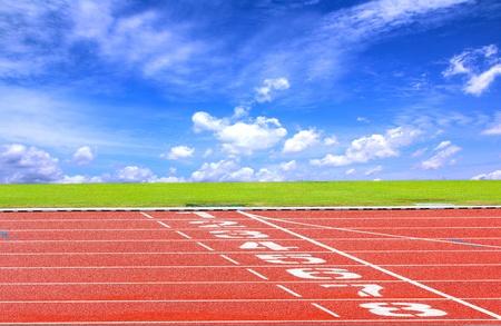 pista de atletismo: Iniciar o finalizar la posici�n en la pista de atletismo con cielo azul