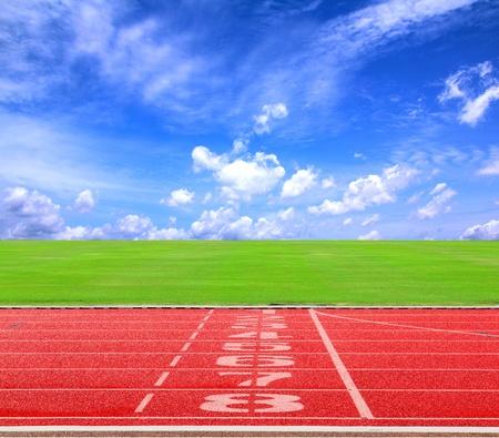 Start of positie eindigen op atletiekbaan met blauwe sky2
