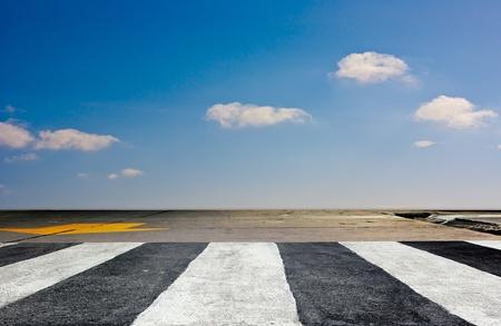 paso de peatones: el tráfico de cebra manera caminar con el cielo azul y nubes