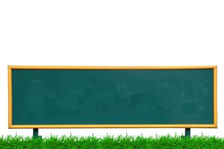 Lege krijtbord op de met groen gras op witte achtergrond Stockfoto