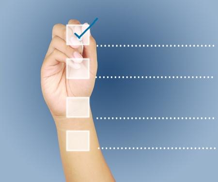 Hand check mark op de onderkant van een touchscreen