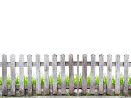 oude houten hek met groen gras op witte achtergrond Stockfoto