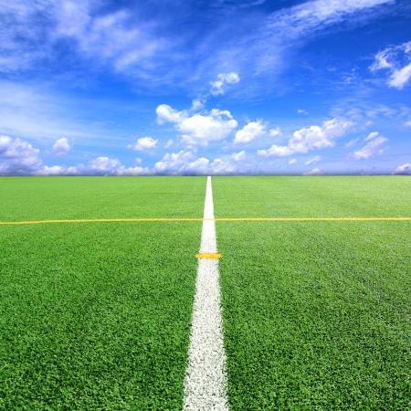 Football Soccer veld met blauwe hemel achtergrond Stockfoto