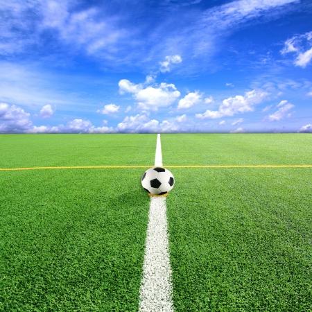 terrain foot: Football Terrain de football avec fond de ciel bleu Banque d'images