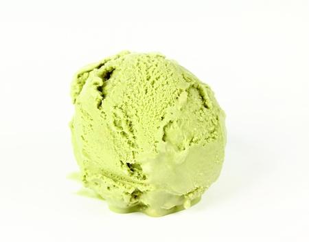 cream colour: Scoop di crema verde, t� freddo su sfondo bianco Archivio Fotografico
