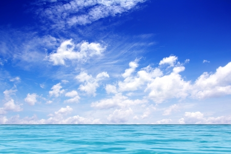 cielo y mar: Cielo azul con el azul del mar