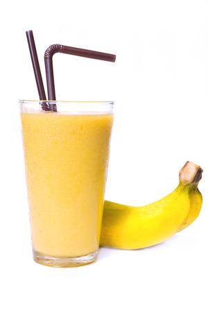 licuado de platano: Batido de plátano en el vidrio en el fondo blanco Foto de archivo