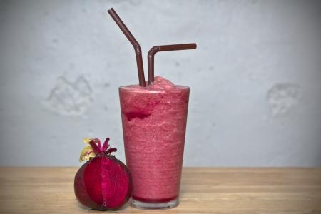betabel: Bebida saludable, Batido de remolacha sobre el vidrio con beetroon fresca en la madera Foto de archivo