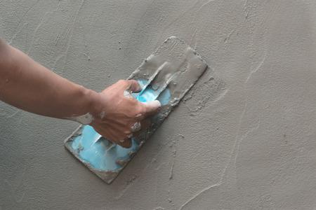 hormig�n: alba�il mano termina un piso de concreto reci�n vertido