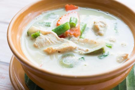 Cierre de curry verde intenso sopa tailandés con pollo Foto de archivo