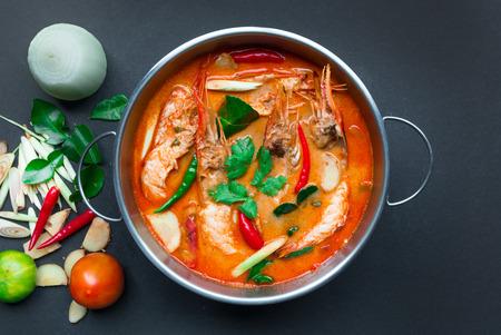Tom Yum Goong, Thai Food, Bovenaanzicht op een zwarte achtergrond Stockfoto