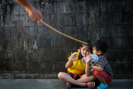 Disparo que representa el abuso o castigo infantil Foto de archivo - 62885050