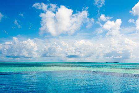 Vue sur l'océan depuis la piscine à débordement sur les rives de l'océan Indien
