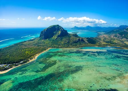 Luftaufnahme des Mauritius-Inselpanoramas und des berühmten Berges Le Morne Brabant, der schönen blauen Lagune und des Unterwasserwasserfalls Standard-Bild