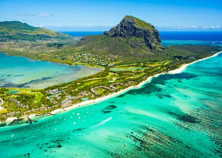 モーリシャス島のパノラマと有名なル・モーン・ブラバント山、美しい青いラグーン、水中滝の空中写真 写真素材
