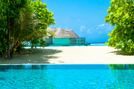 Lhaviyani Atoll, Maldives - 13 July 2018: View from infiniti pool to  the shores of the Indian Ocean and overwater bungalow Standard-Bild - 113681699