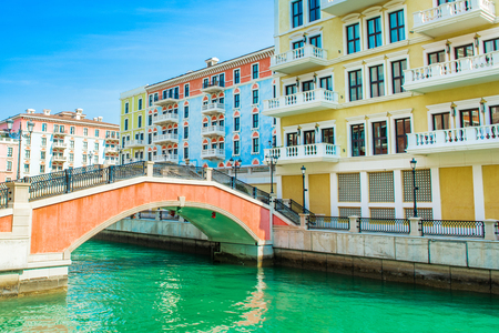 Colorful waterfront buildings in venetian style in the Qanat Quartier, The Pearl Qatar Standard-Bild - 126027422