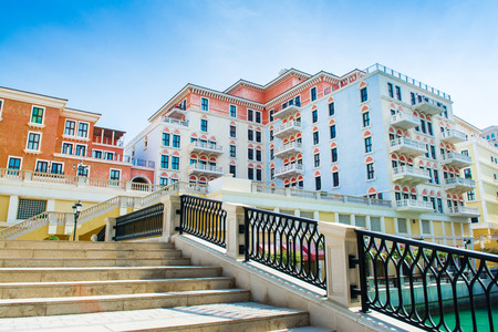 Colorful waterfront buildings in venetian style of the Qanat Quartier in the Pearl Qatar Standard-Bild - 126027640