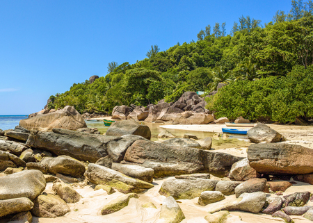 Beautiful tropical landscape of a sandy beach with boulders and green hills, on the shores of the Indian Ocean, Seychelles Standard-Bild - 126089712
