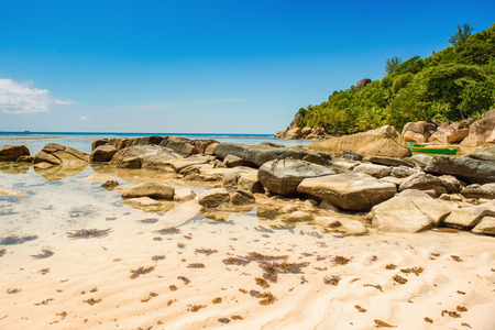 Beautiful tropical landscape of a rocky beach with boulders and green hills, on the shores of the Indian Ocean, Seychelles Standard-Bild - 126089719