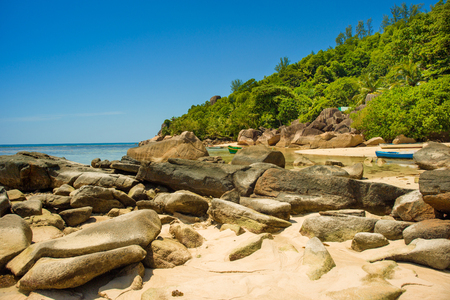 Beautiful tropical landscape of a rocky beach with boulders and green hills, on the shores of the Indian Ocean, Seychelles Standard-Bild - 126089720