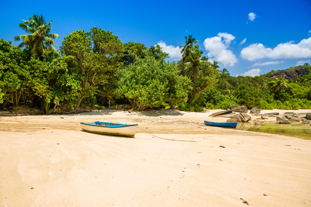 Beautiful tropical landscape of a sandy beach with boulders and green hills, on the shores of the Indian Ocean, Seychelles Standard-Bild - 126089772