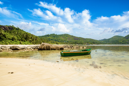 Beautiful tropical landscape of a sandy beach with boulders and green hills, on the shores of the Indian Ocean, Seychelles Standard-Bild - 126089773