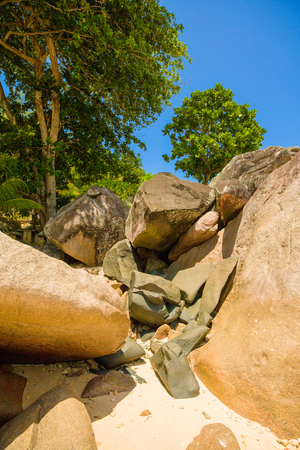 The giant granite boulders on the shores of the Indian Ocean, Seychelles Standard-Bild - 126089782