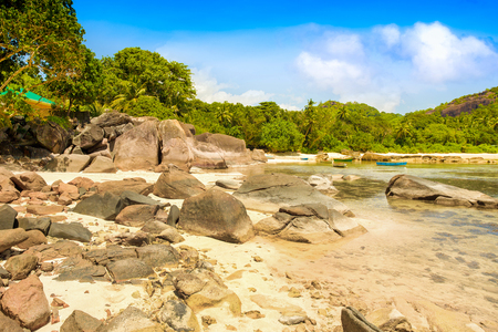 Beautiful tropical landscape of a rocky beach with boulders and green hills, on the shores of the Indian Ocean, Seychelles Standard-Bild - 126089783