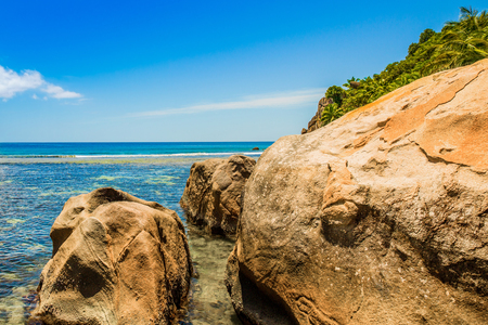The giant granite boulders on the shores of the Indian Ocean, Seychelles Standard-Bild - 126089794