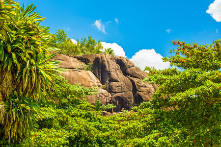 The giant granite boulders on the shores of the Indian Ocean, Seychelles Standard-Bild - 126089802