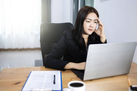 work from home concept. Bussiness woman reading bad news on website by laptop. 版權商用圖片