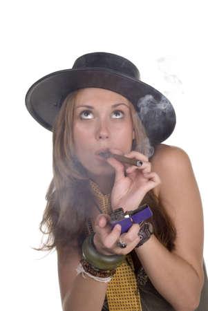 Los años 20 jóvenes modelan en sombrero negro y fumar un sigar Foto de archivo - 443417