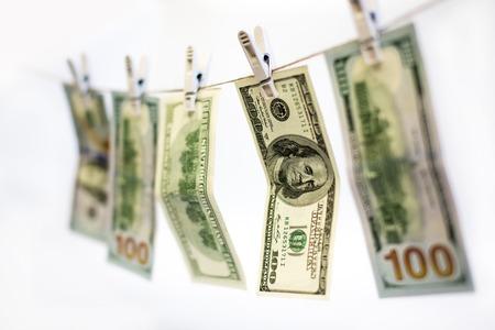 dinero falso: D�lares que se secan en cuerda pinzas de la ropa tendedero sujetados Foto de archivo