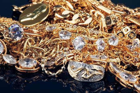 pietre preziose: jewelry, gold, precious stones on black background
